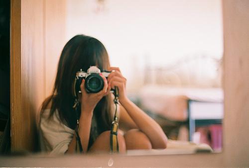 все девушка с фотиком перед зеркалом огромних чегних